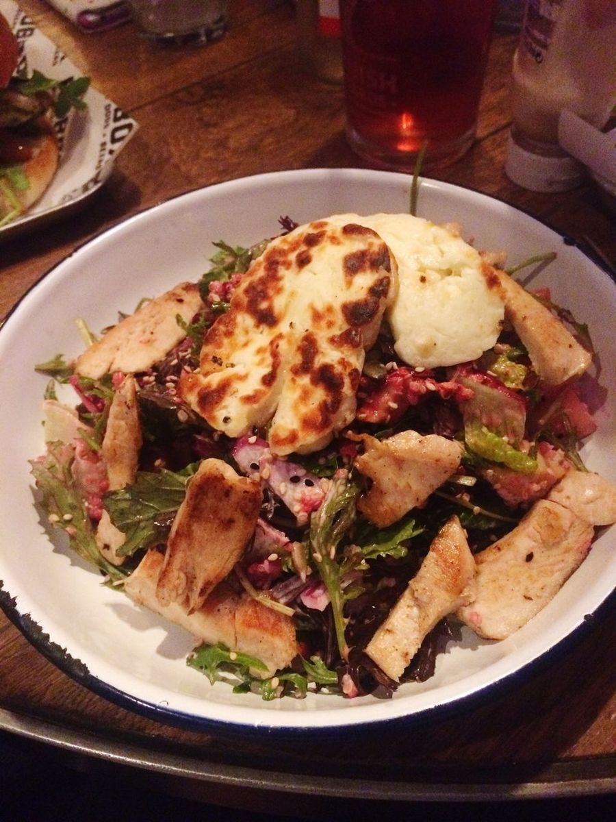 Grilled chicken and halloumi salad🤘🏻 The Hub Foodphotography Food And Beverages Healthy Eating