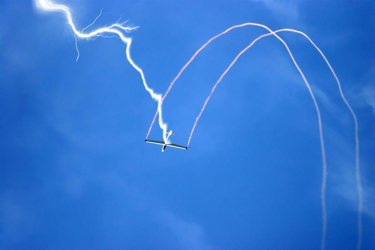 Segelflugzeug wird während Loopings von einem Blitz getroffen Aerobatics Air Vehicle Airplane Airshow Blitz Blitzeinschlag Day Energie Fliegt Flugschau Himmel Himmelblau Licht Lichtschein Looping Low Angle View Luftsport No People Outdoors Segelflugzeug Sky Sportflieger Sportflugzeug Storm Stunt
