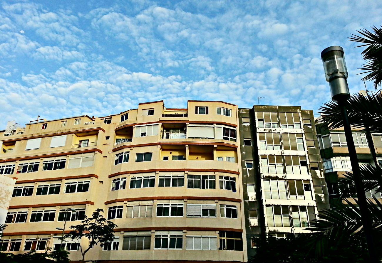 ...Y ahi sigue la luna reacia a marcharse aun estando ya la mañana entrada... ...Rincones De Las Palmas ModernA... We Are Photography, We Are EyeEm Skyporn Cloudporn