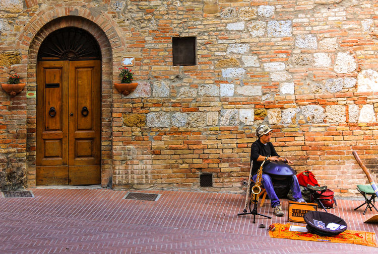 EyeEmNewHere Building Exterior Architecture Built Structure Outdoors Day No People Street Photograpy Streetphoto_color Story Windows And Doors Streetphotography Life Musical Instruments Musıc Artist At Work Artist Art Is Everywhere