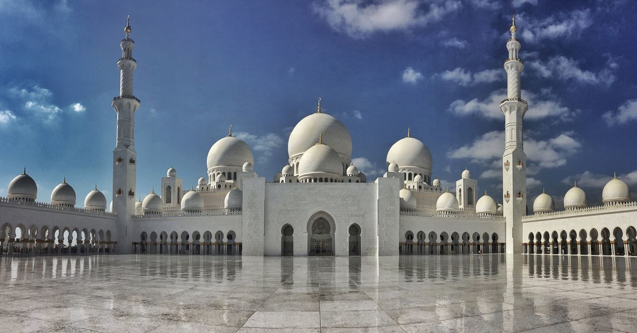 The beautiful Sheikh Zayed Mosque in Abu Dhabi 🇦🇪 Traveling Travel Photography Beautiful Mosque Travel Destinations Abudhabi Built Structure Religion Cultures Sun Grandmosque Sheikh Zayed Grand Mosque Building Exterior Sky