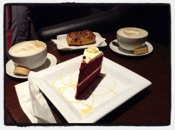 Red velvet and latte Chai Latteg a latte] Relaxing
