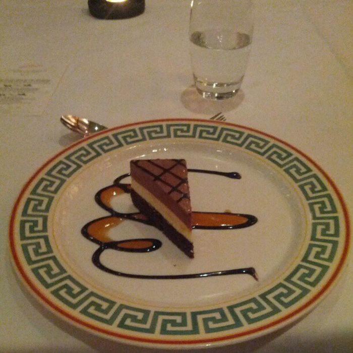 Eriks Choklad dessert ; Passionsfrukt mörk chokladmousse med browniebotten!! Gondolen