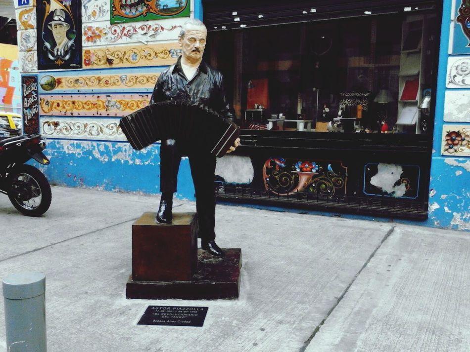 Escultura Tango Life paseo del tango, grandes intérpretes y musicos