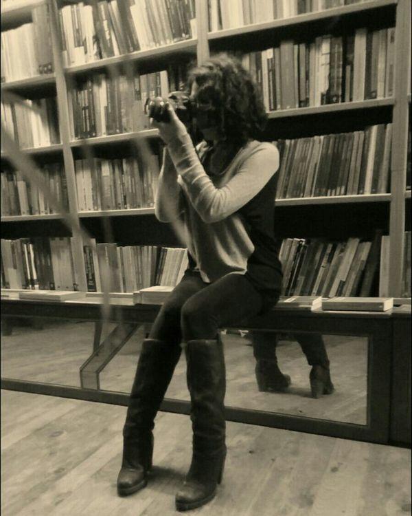 Photographer Me Bookstorecafe Hakangünday ın fotoğrafçılığını yaparken.
