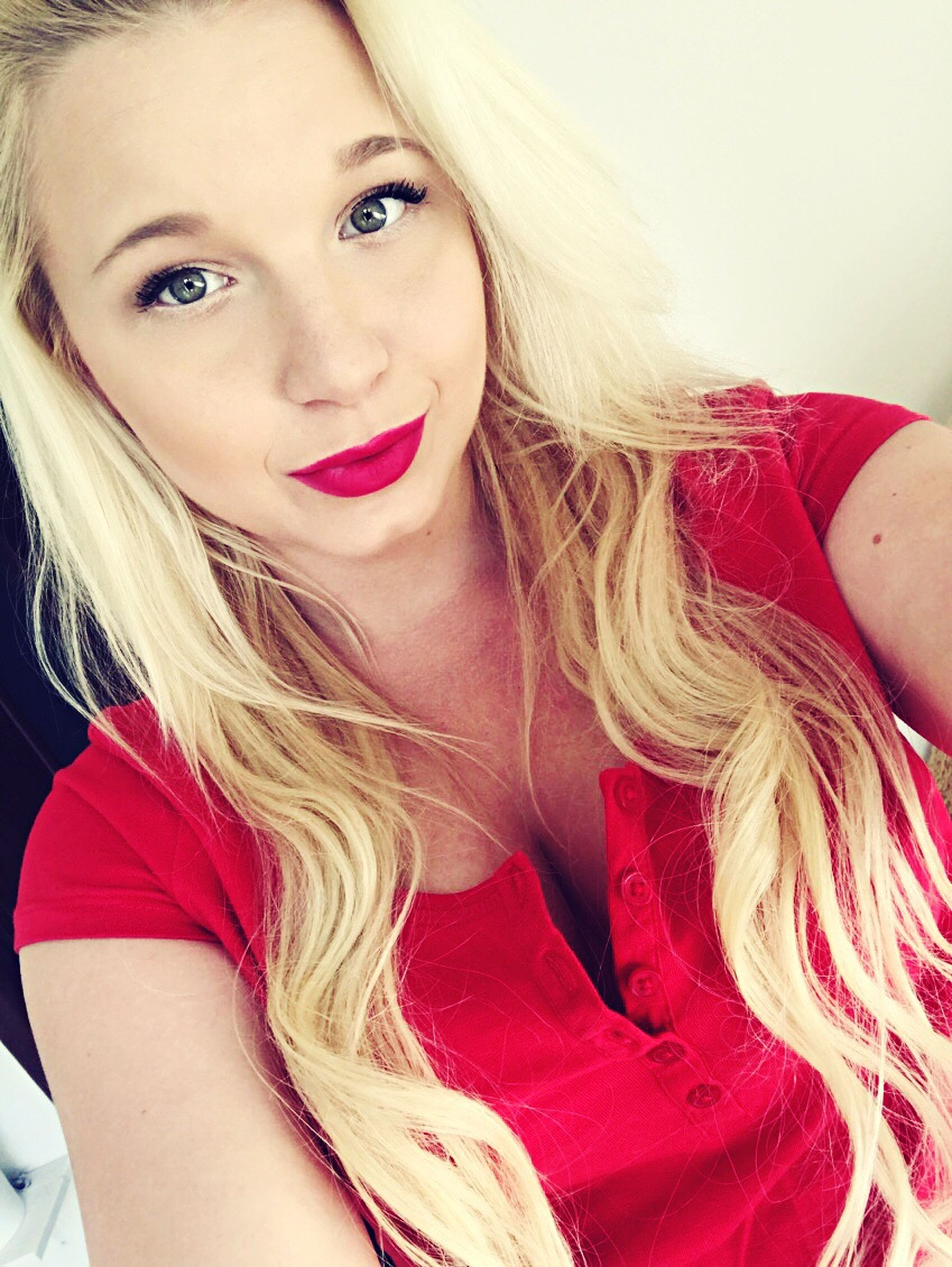 blond hair, looking at camera, portrait, young adult, real people, one person, young women, beautiful woman, long hair, red, lifestyles, beauty, indoors, close-up, day, people