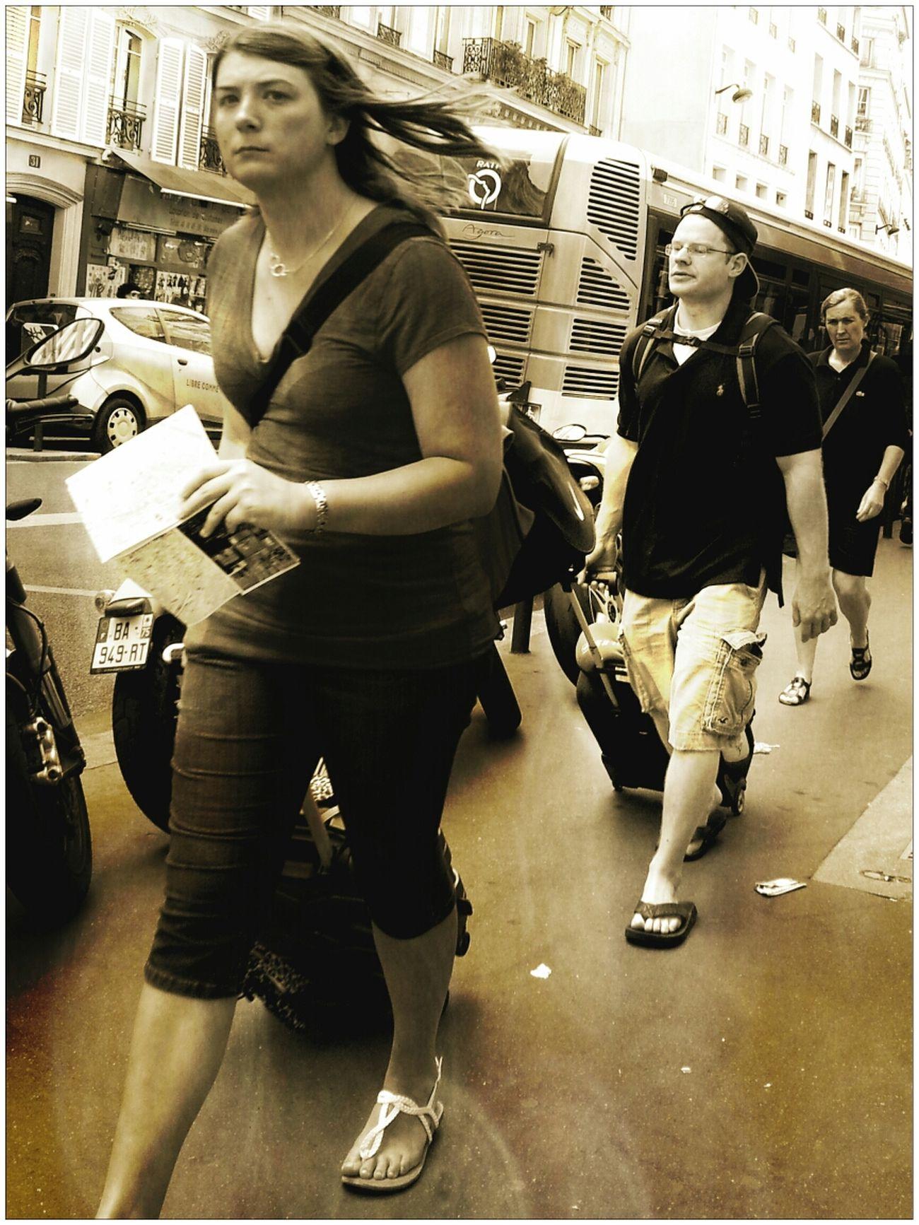 Voyager en paix avec une femelle Alpha. . Street Photography AMPt - Street Street Life Scène De Vie