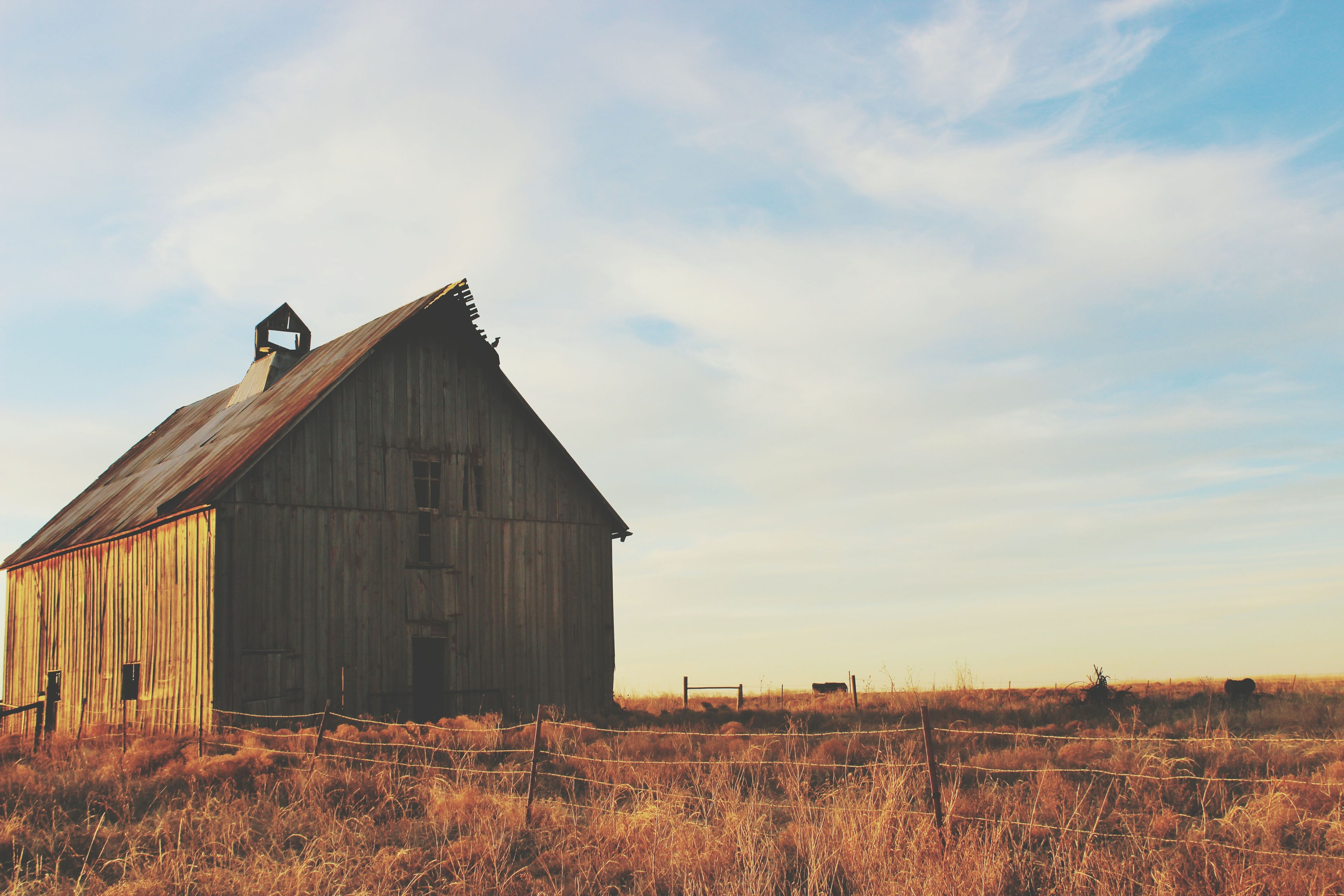 architecture, building exterior, built structure, sky, house, cloud - sky, residential structure, cloud, low angle view, field, outdoors, rural scene, no people, day, residential building, cloudy, barn, nature, roof, exterior