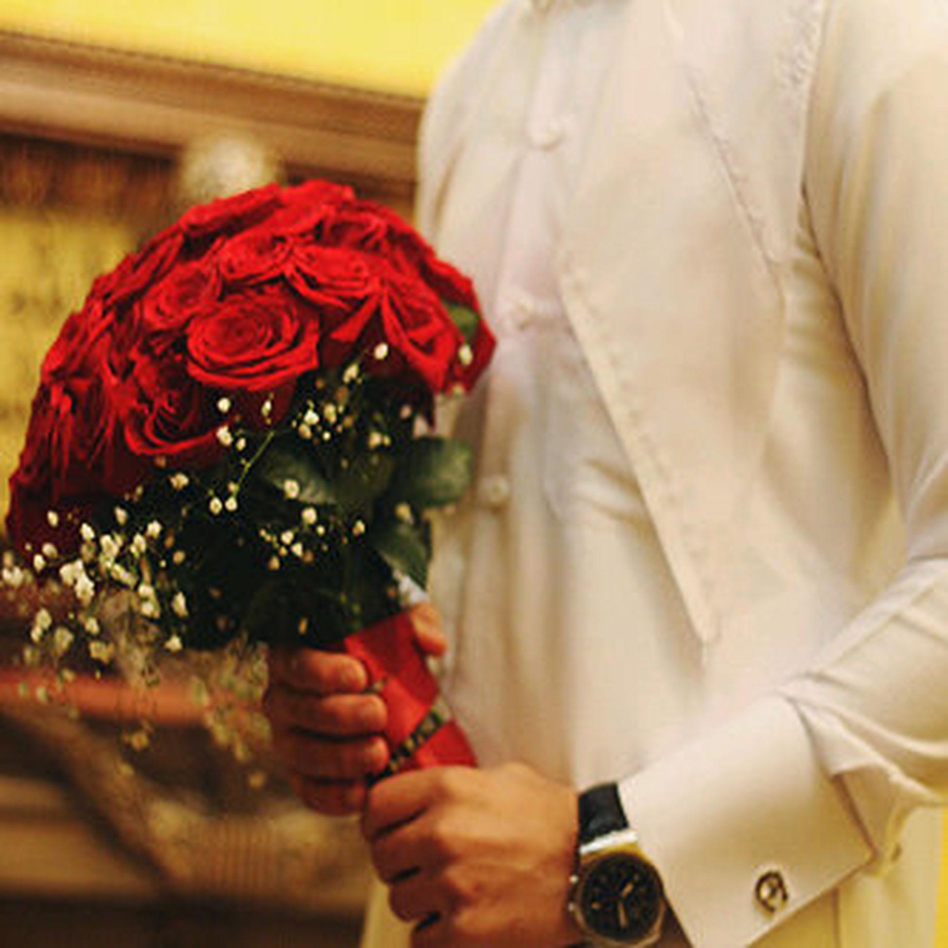 لي من تهدي هاذه الورد .....اناعن نفسي  اهدي لي اغلي مافي الوجود أمي....