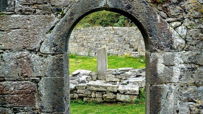 Aran Aran Inseln Aran Islands Church Churches Ireland Irelandinspires Ireland🍀 Irland Ruined Seven Churches, Aran Islands Sieben Kirchen, Aran Inseln Steine Steinmauer Stine Wall Stone
