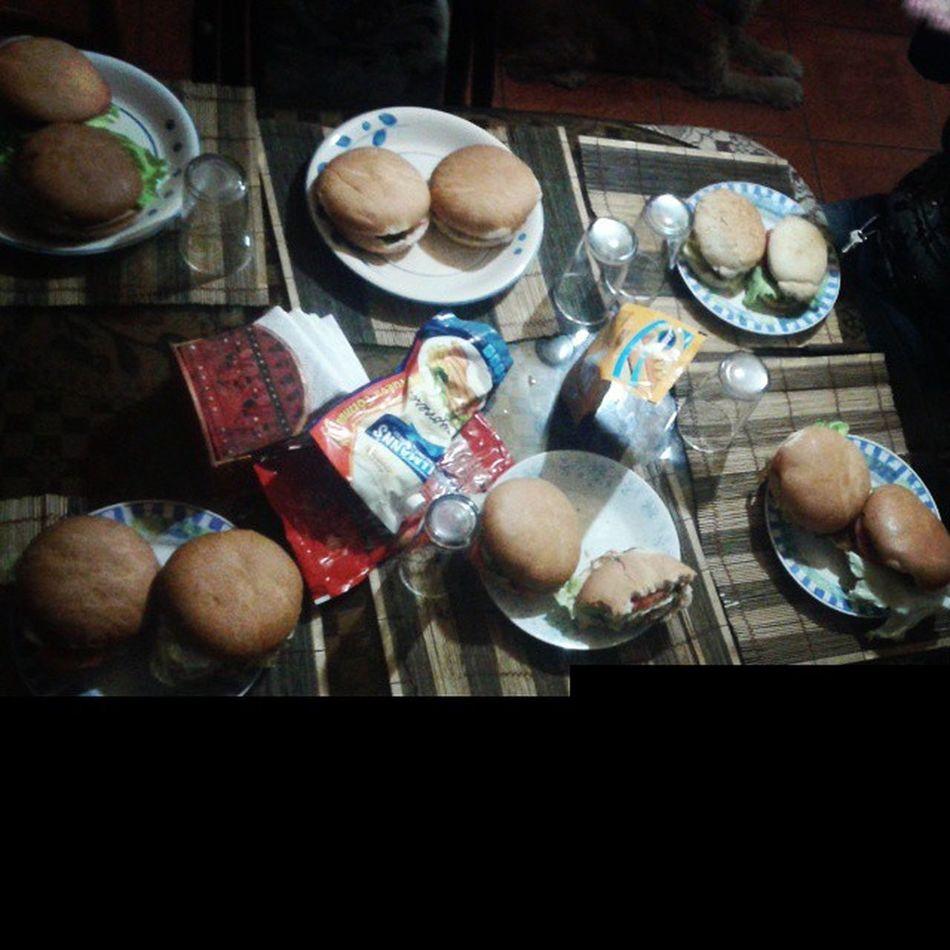 Mi familia me apoya con la dieta 😣😣 Hambuergesa Tomate Lechuga Mayonesa Ñamiñami Diadefamilia