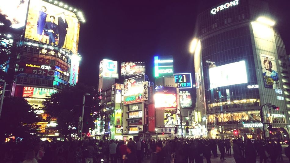 渋谷駅前スクランブル交差点 渋谷駅 Shibuya Station Night Illuminated Multi Colored Neon Business Finance And Industry Architecture People