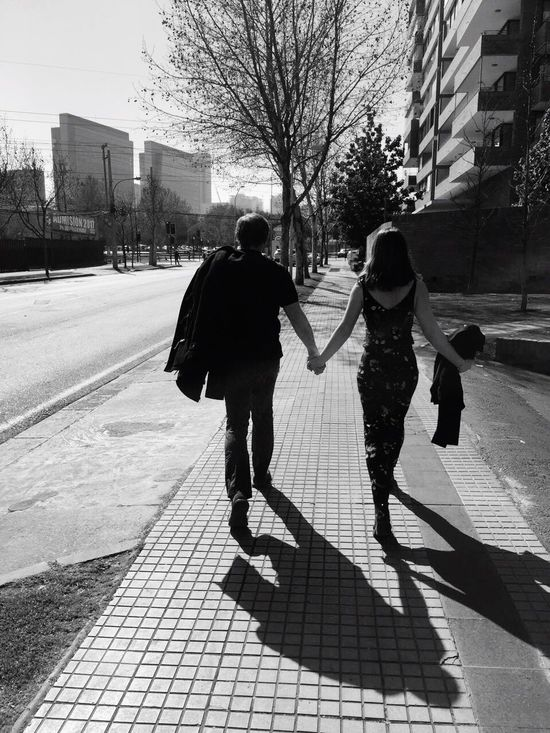 Padre e hija..amor eterno.. Capture The Moment Love Family Father Hoods Moments Santiago De Chile Walking My Favorite Photo Taking Photo Innocence People Of EyeEm Eyeemphoto People Photography Eyeemphoto! Little Girl Monochrome Photography Lets Go. Together.
