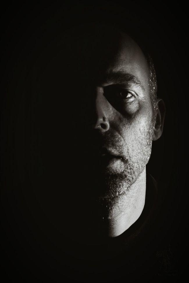 Learn & Shoot: Single Light Source Zelfportret Zelfie Black & White