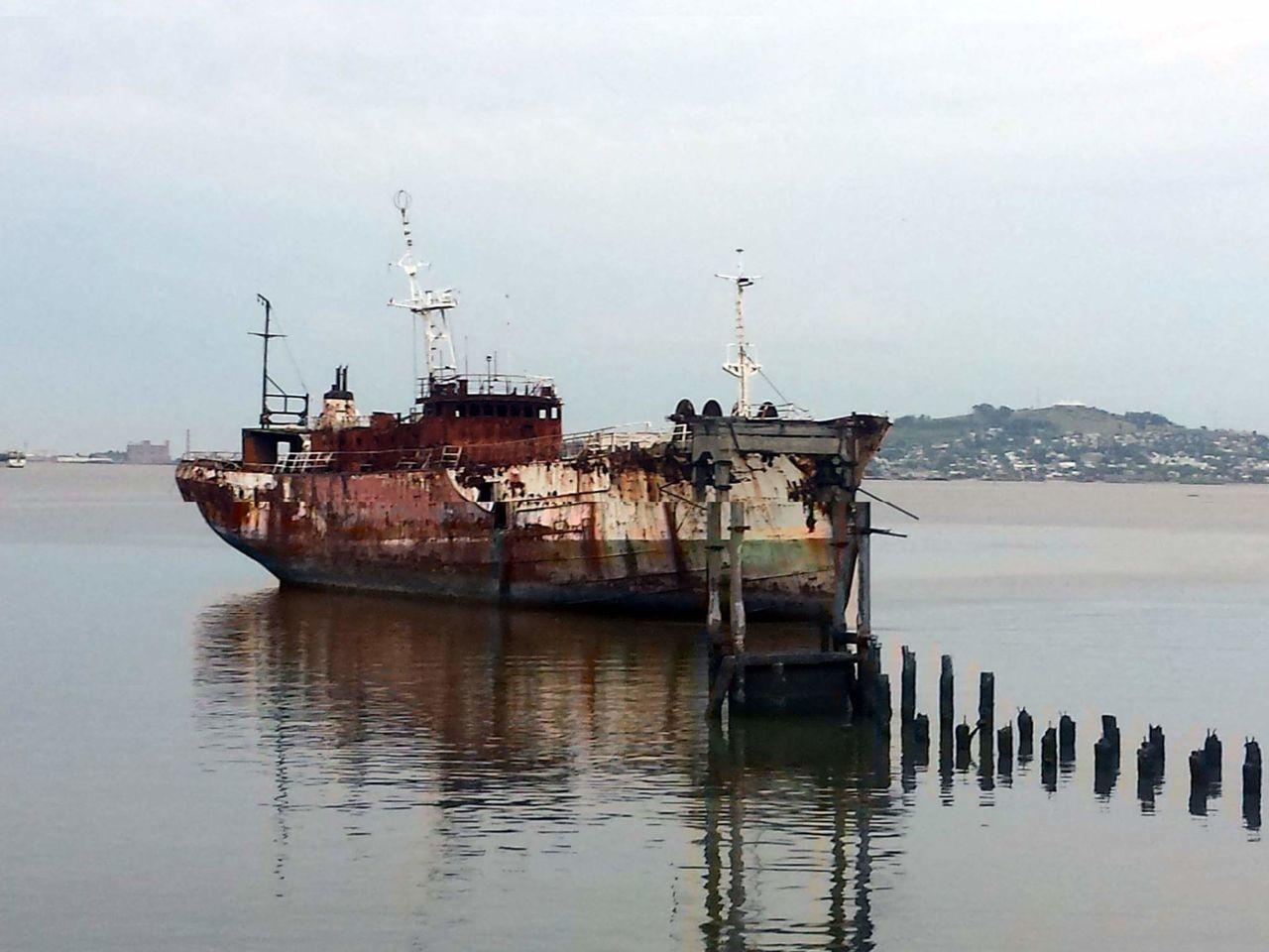 Montevideo Bay oxide Old Boat