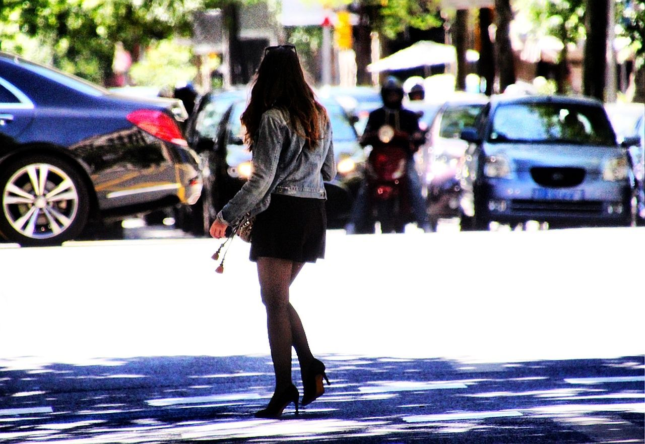 street life 23 Barcelona Beautiful Beauty Car Lifestyles Live Long Legs Nice Woman One Person Outdoors People Real People Rear View Road Silhouette Street Life Street People Urban Urban Exploration Urbanphotography Woman Young Women