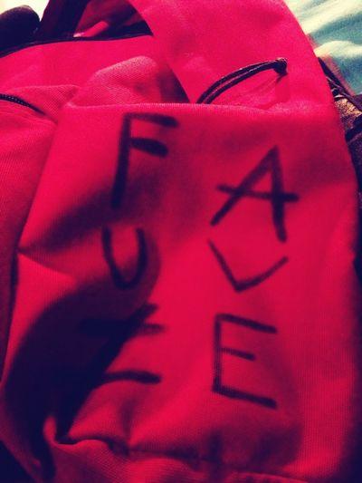Hop, un truc de plus sur mon eastpack rouge. FAUVE ≠