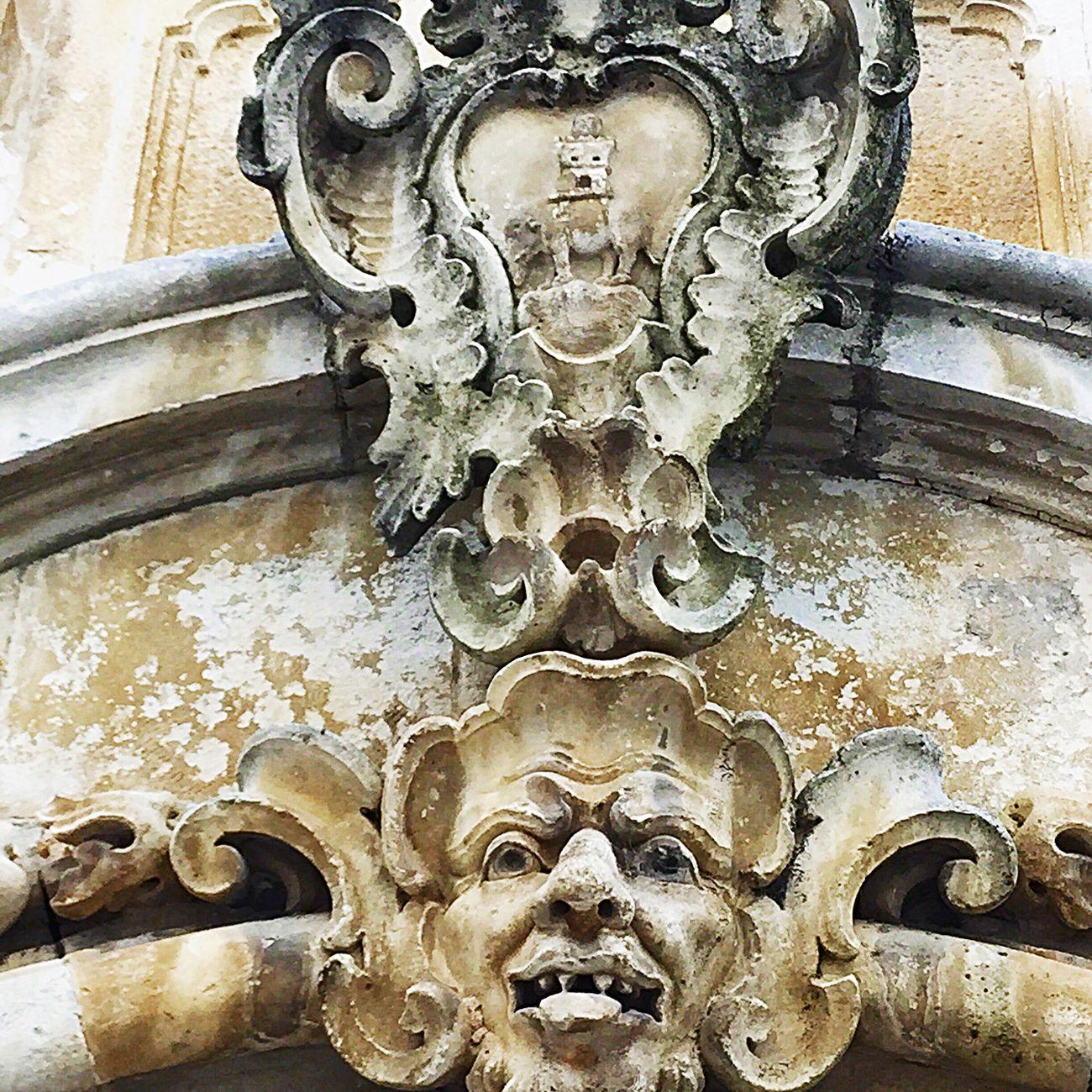 Mascherone sormontato da scudo con il simbolo della famiglia Morelli, l'elefante che sorregge la torre. (#PalazzoMorelli, la cui facciata fu rinnovata nel XVIII secolo, è l'esempio più evidente del Barocco a Locorotondo). Barocco Igersvalleditria Baroque
