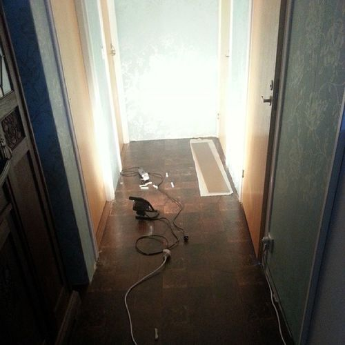 Säger tack och adjö till det otroligt fula äckliga golv i hallen. Kommer inte sakna dig! Nu blir det klickgolv drivved. Bilder kommer senare. L äggagolvheladagen50talsbrunt Fult Nytt drivved