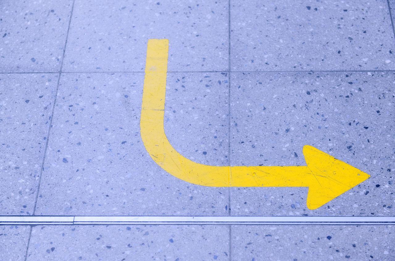 Gelber Pfeil auf Rollfeld zeigt nach links Airport Asphalt Day Flughafen Gelber Pfeil Linkspfeil No People Outdoors Parking Lot Pfeil Richtungspfeil Runway Yellow Zeichen