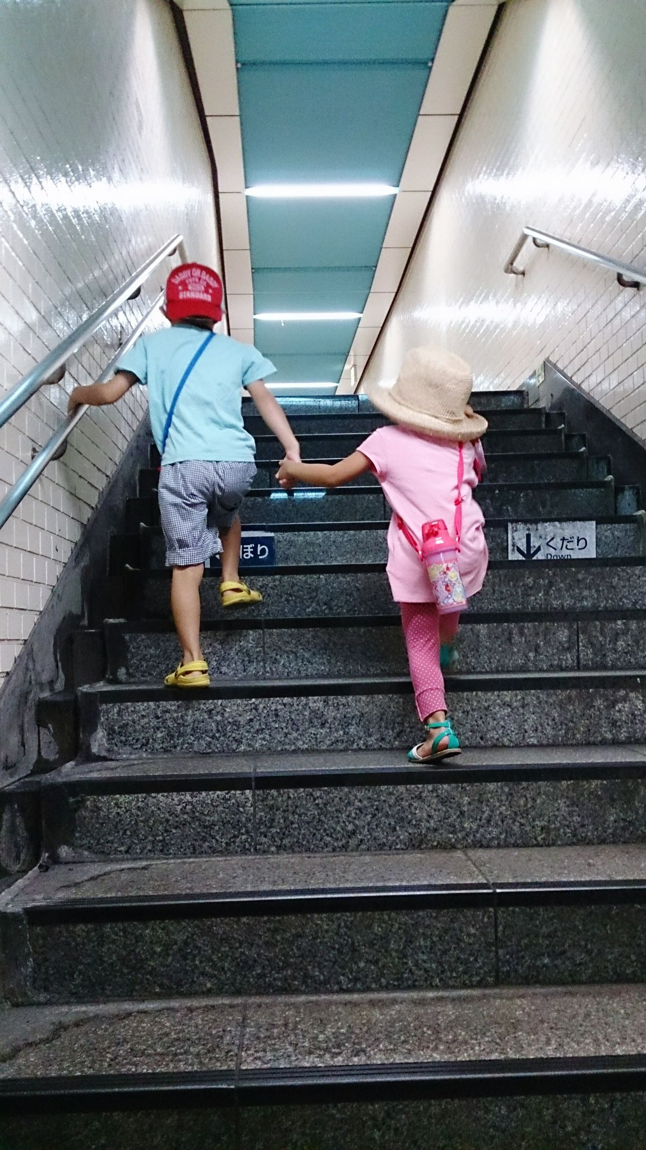兄妹 兄 妹 駅 階段 Siblings Brother Sister Girl Boy Station Stairs 手 Hands Japanese  Couple なかよし Steps きょうだい