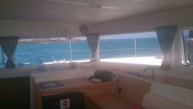 Looking out the windows on the catamaran over the canary islands 👌 Hotday Sailing Boat Canaryislands Catamaranboat Views
