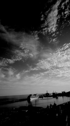 Descubrir lo bueno que es soltar la cuerda y caminar sólo con la parte positiva de la vida Reflection_collection EyeEmBestPics Nature_collection Nature Photography Naturelovers Skyscape Skyporn Sky Barcos Streetphoto_bw Sky_collection Blacknwhite Igblacknwhite Sombras Blackandwhite Photography Black And White Reflection Declaración