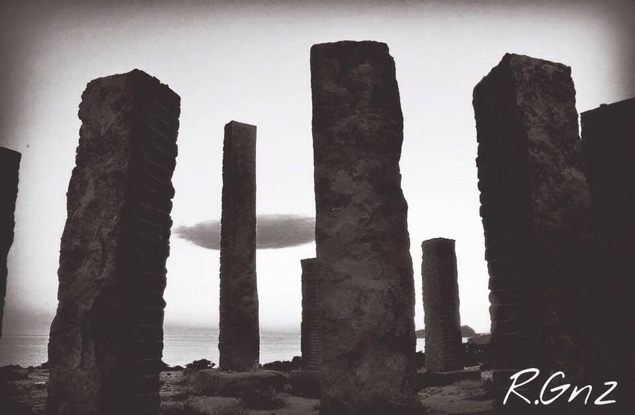 Columnas, basalto, oro, brújula, señales, energias... Todo corre, el sol cae, las nubes pasan y algunos se quedan... Ibiza Benimussastudio Blancoynegro Raiphotography Ibiza2016 Artist