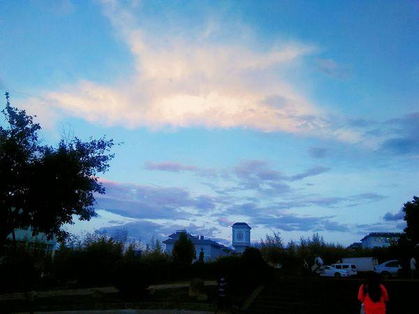 夏天傍晚的云简直太仙了 隔壁学校的钟楼 和偶然入镜的红衣同学 看到有说我们学校要弄青旅了 欢迎入住呀~ Clouds