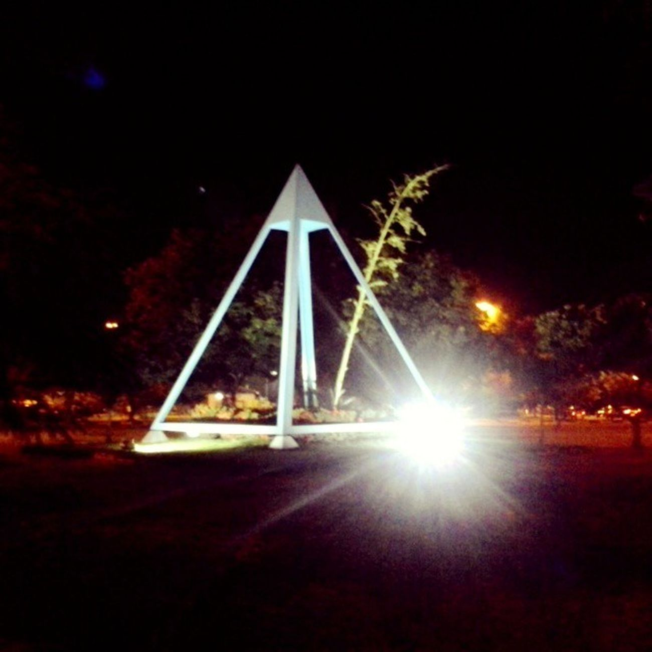 O doador de memórias PraçaDaPirâmide Boavista Roraima Norte Brasil Noite Natureza Luz Branco Verde Azul Preto Vermelho