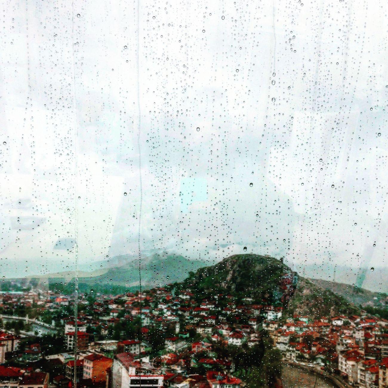 Yağmur değil de sen yağardı bu şehrin üzerine. Her defasında sokağa atardım kendimi. Islanmak güzeldi sende. Sen yağdıkça üzerime.