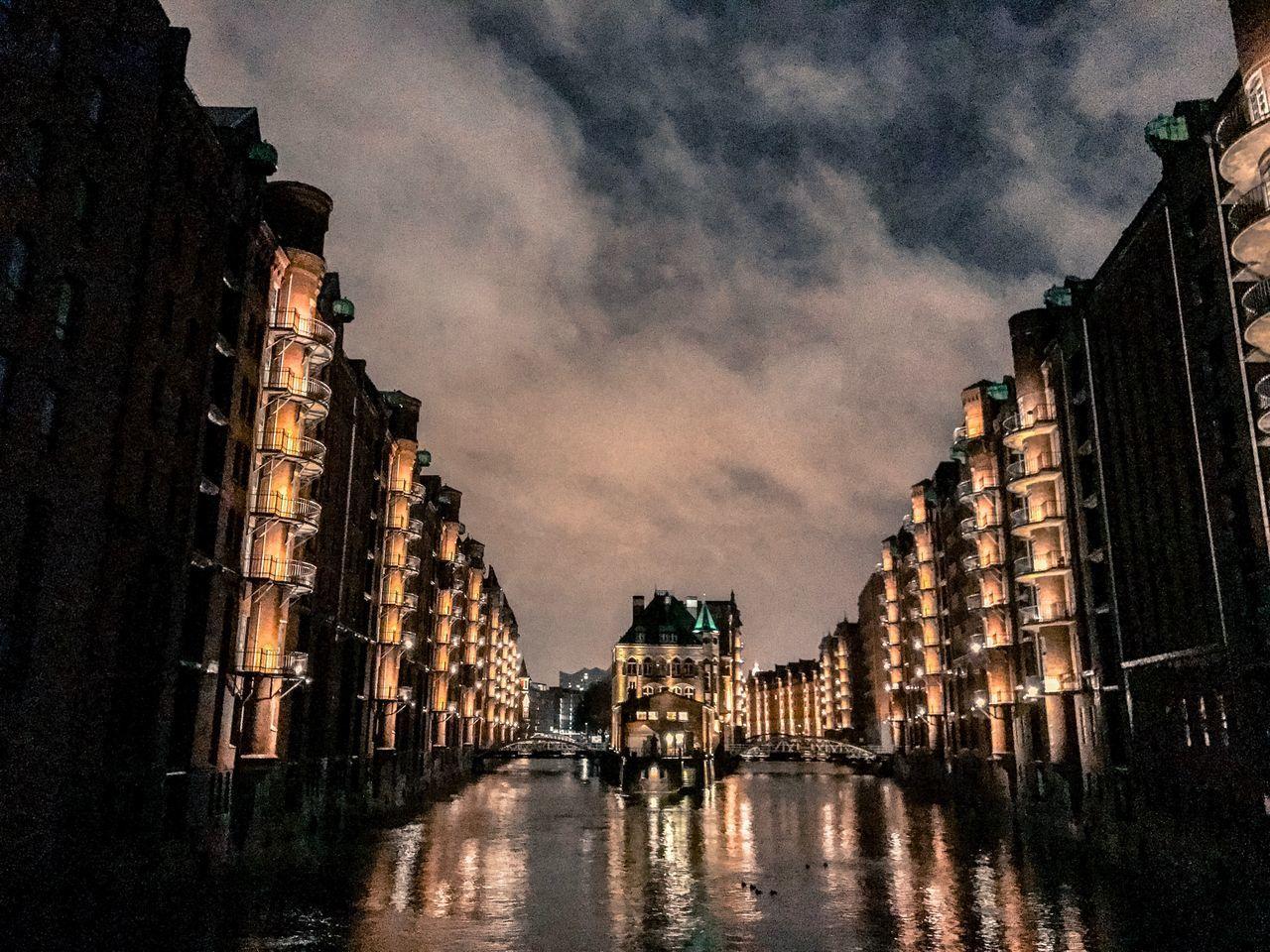 Nachtaufnahme der Poggenmühlenbrücke in Hamburg im Dezember 2016 in der Hafencity Hamburg Bridge Brücke Adapted To The City