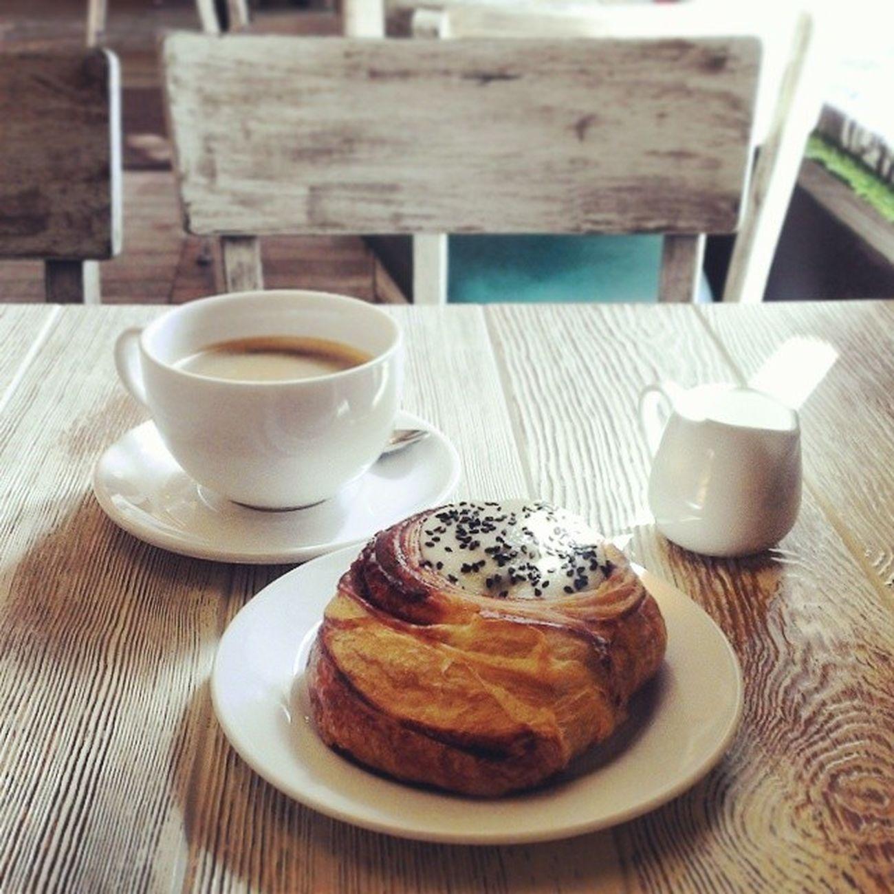 Утренний кофе Питер Буше булка корица