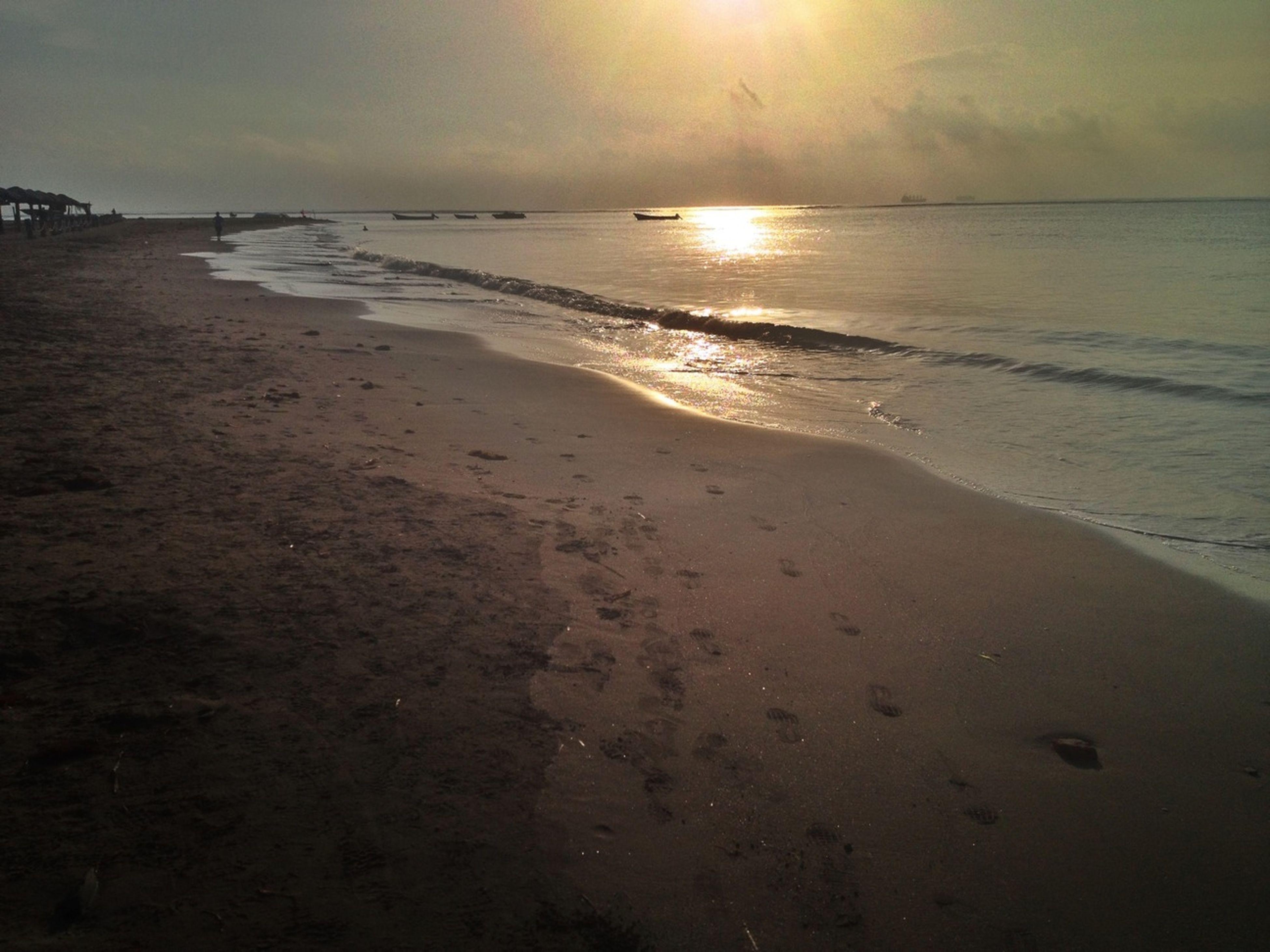 sea, beach, water, horizon over water, shore, sunset, tranquil scene, scenics, tranquility, beauty in nature, sky, sun, sand, reflection, nature, idyllic, coastline, wave, sunlight, silhouette