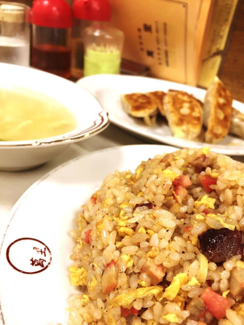 汚ミシュランに出てきそうな町の中華屋さん。炒飯はしっとり系で焼豚がゴロゴロ入ってて割と味はしっかり目。餃子はモチモチの皮から肉汁がプチュと出てきて、特別な美味しさではないけど、どこか安心する味。スープがグラタン皿みたいなので出てくるのには驚いた。^^; Food Lunch Chinese Food Fried Rice 炒飯 餃子 Gyoza