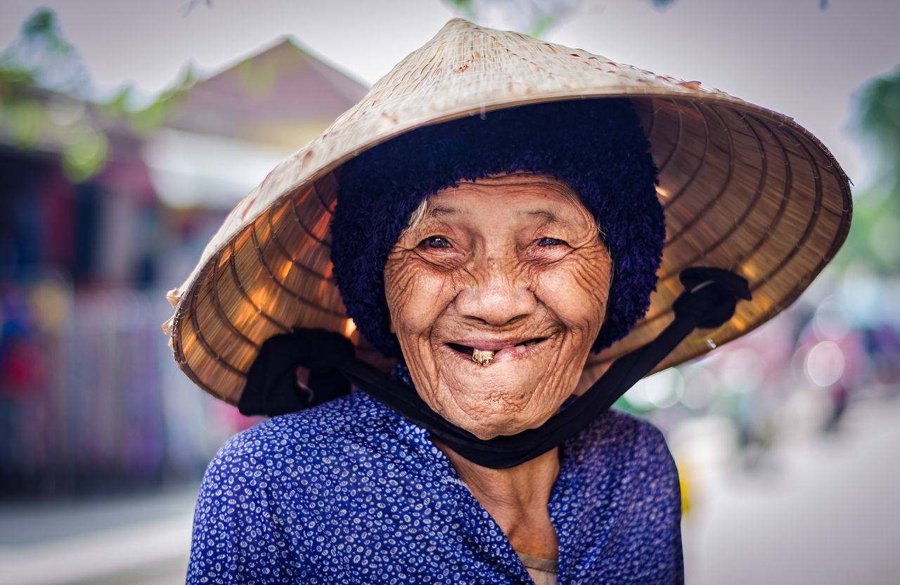 Portrait Senior Adult Looking At Camera One Person Reisen Backpacking World Travel People Traditional Clothing Reisefotografie Hat Vietnam Hoi An HoiAnancienttown Hoian Old Town Market Old Woman Gap Toothed Happiness