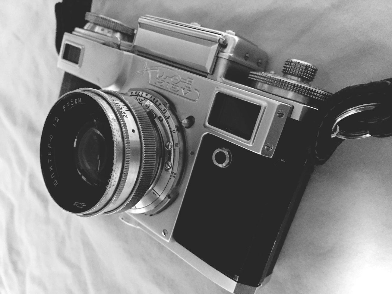 My Camera キエフ ロシアカメラのキエフといいます。contaxのコピー(末裔)です。コピー品といえど安っぽくないです…いつ壊れるかは心配ですけどね。最近の携帯は撮ったらすぐ白黒にできて便利ですね〜