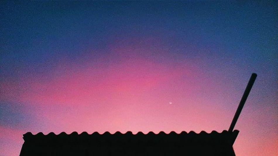 """""""Tôi đi giữa hoàng hôn, Khi ánh chiều buông, khi nắng còn vương Một mình tôi ngắm cánh chim lạc loài Mà lòng mình thấy u hoài.."""" Heocaoco Sunset Canon 600D, here I comeee. Or 1200D vì sợ không đủ tiền... _____ Thaorphoto Sun Vscosunset Instasunsets Ig_vietnam VSCO Vscocam Vscovietnam Vietnam Oldpic Pink Blue Sky Roof Sonyxperiaz Sony _____"""