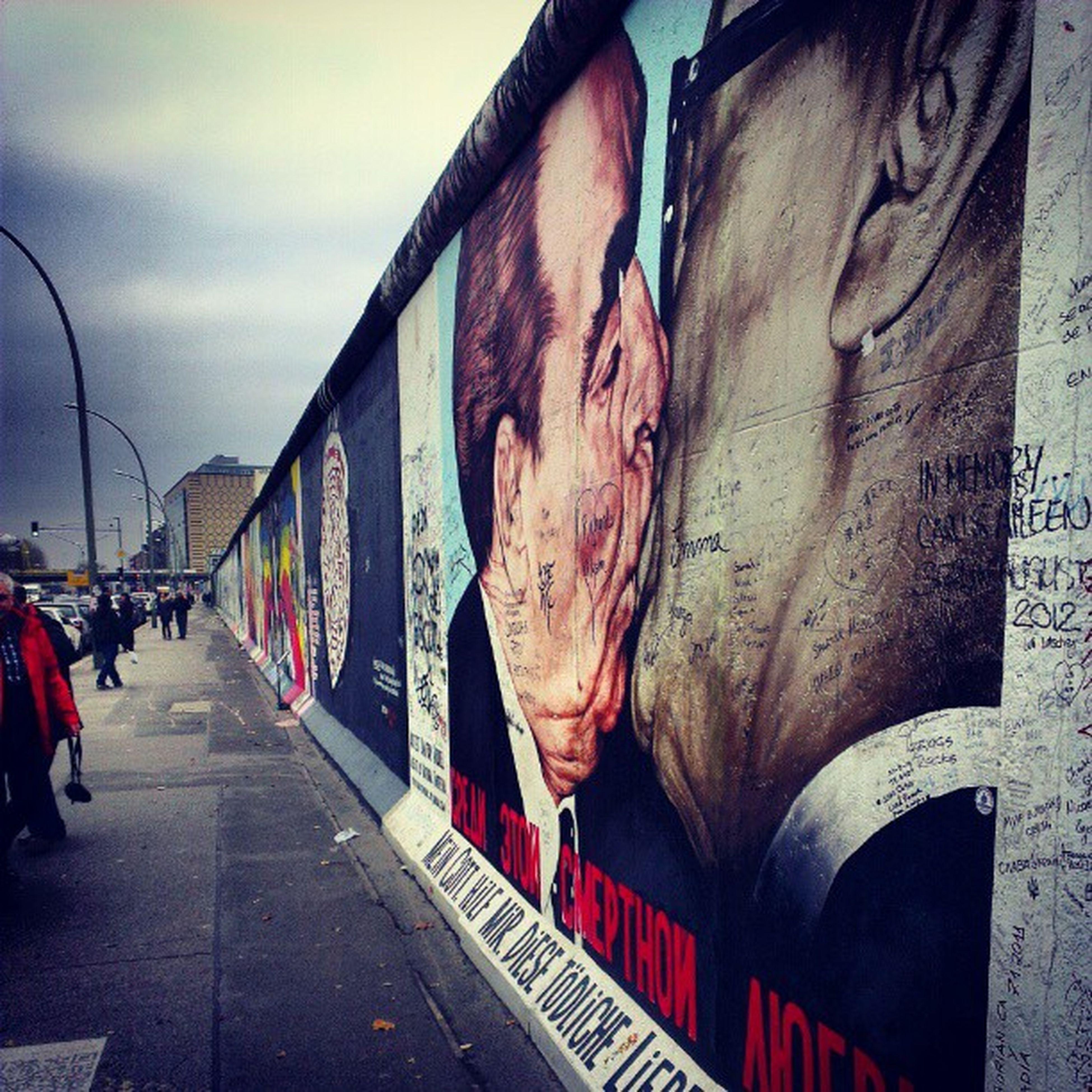 Die #Eastsidegallery. #Berlin #Honecker #BerlinerMauer #Gorbatschow #GeschwisterKuss #Bildungsfahrt Eastsidegallery Gorbatschow Honecker Berlin Berlinermauer Bildungsfahrt Geschwisterkuss