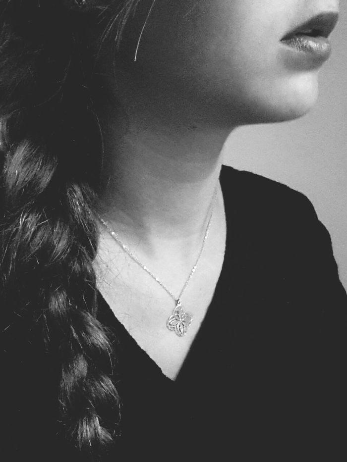 Tu ne comprends pas.. il se passe des choses dans ma tête qui dépasse ton imagination. Maintenant laisse moi dans mon monde s'il te plais. Black&white That's Me Never Changes