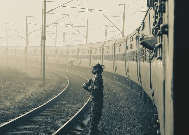 The indian army at our service 🙏 these men are responsible for our safety and they even give their life to defend us 🙏 let we be grateful to them 🙏 and to the army of every nations ... Let us bring peace to the world 😊 Indians  Indian Army Service Train People Photography Halt Fog Perspective From My Point Of View Tourism Delhi Indianrailways Tracks Morning Travel Photography Traveling Tadaa Community North India Freshness People Peace Mist Bend Railway