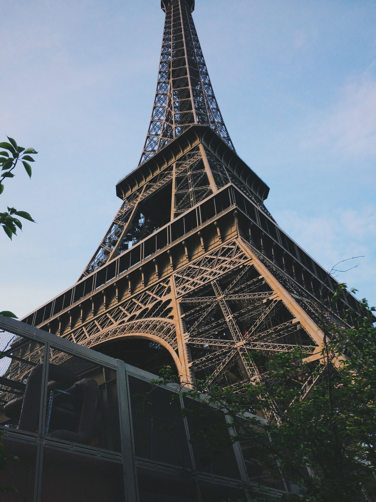 Tour Eiffel Eiffel Tower Paris Architecture Low Angle View Amazing View Vscocam Enjoying The Sun