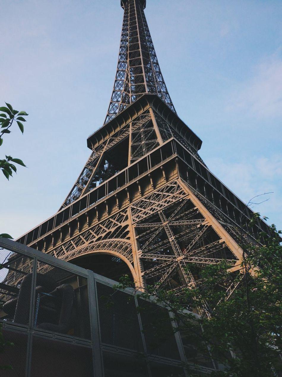 Tour Eiffel Eiffel Tower Paris Architecture Low Angle View Amazing View Vscocam Enjoying The Sun
