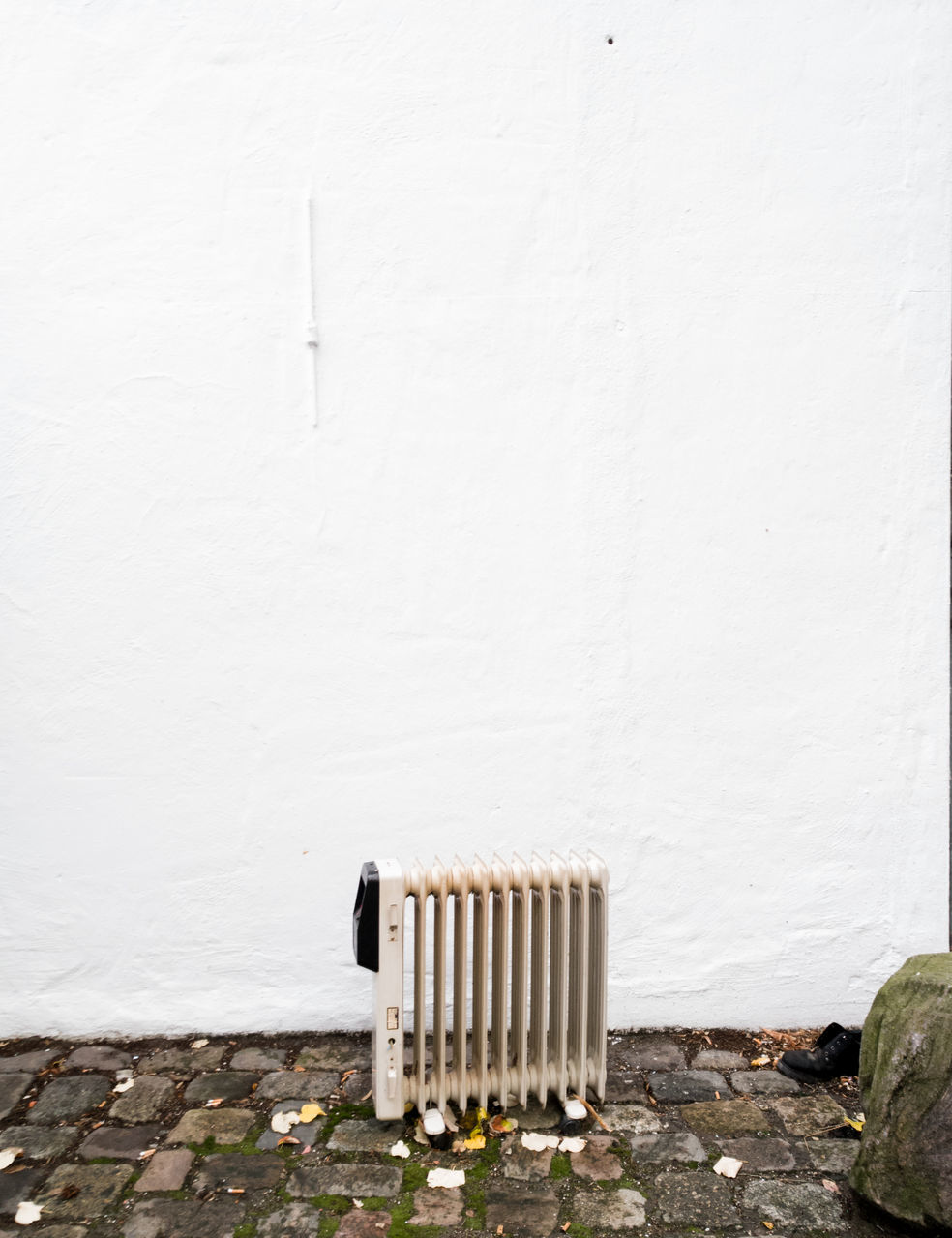 wall - building feature, white color, built structure, whitewashed, no people, architecture, radiator, day, outdoors, building exterior, thermostat