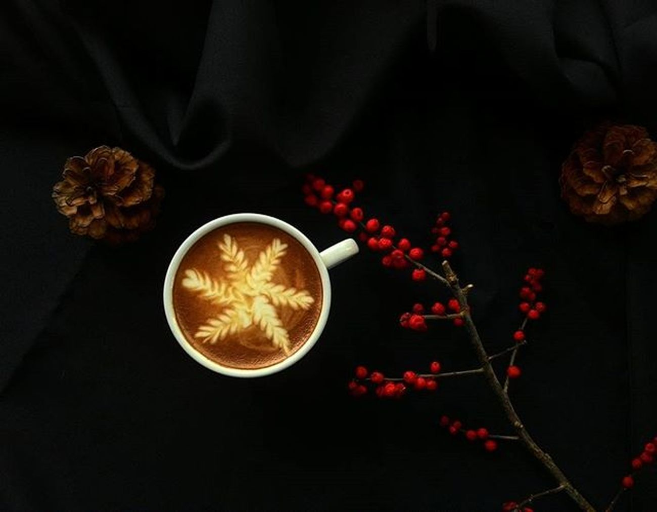 Happy friday🍁🍂🎄✌free pour latte art by alisa. Coffee Coffeeart Coffeelatte Casalapin Barista Freepour Freepourart Coffeegeek Coffeegram ArtOfLiving Artofcoffee Latteartporn Coffeeporn Bkkcafe CoffeeHunter Coffeephotography December Christmas RedBerry  Pinecone Happyseason Instacoffee Living VSCO Vscogood vscocoffee vscothailand thaistagram photoshoot photography