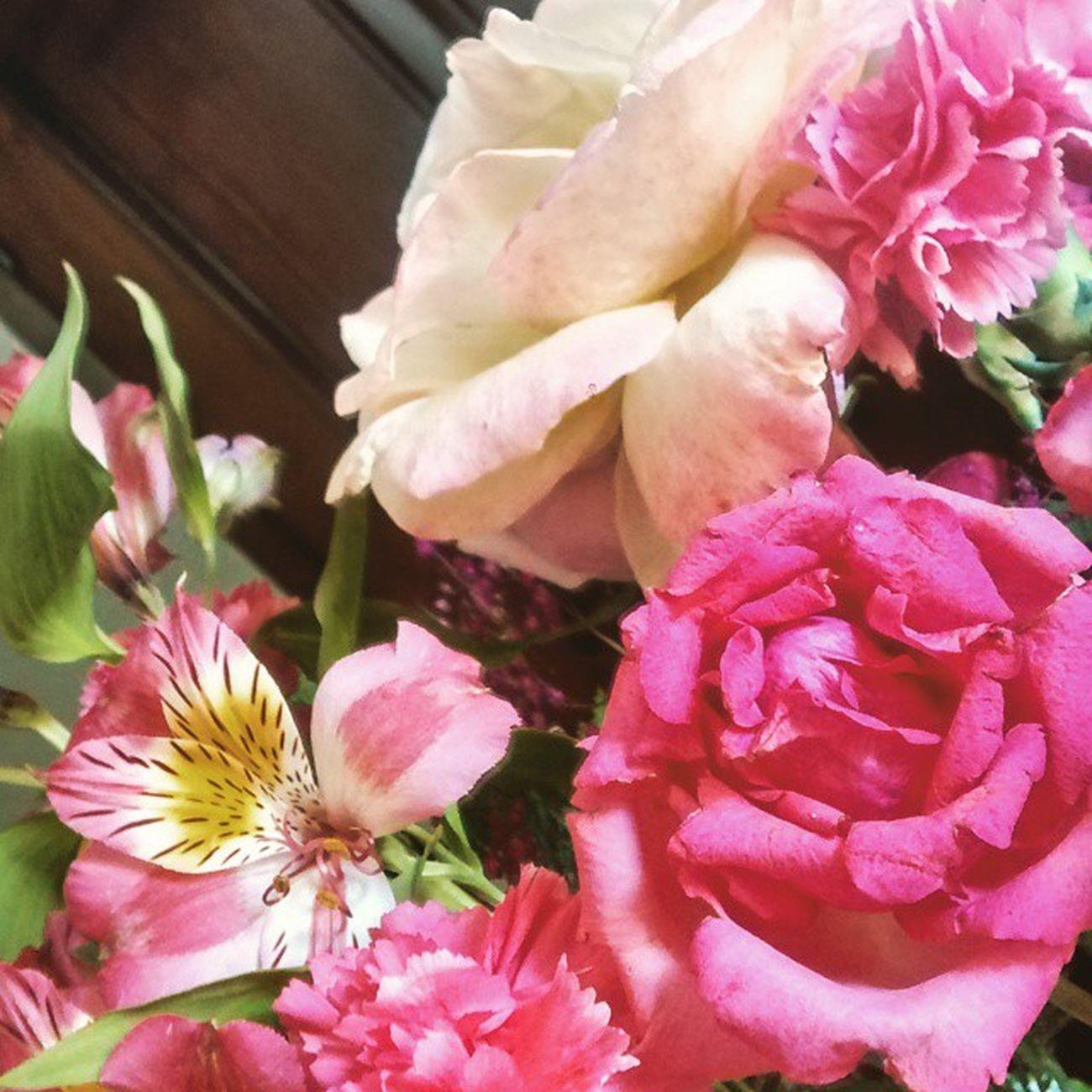 Rosas, alstro e cravos...cores lindas p uma tarde cinza. Arranjodeflores Arranjosflorais Decoracaodefestas Decoracaopersonalizada Decoracaodecasamento Decoracaorosaeamarela Rosaeamarelo