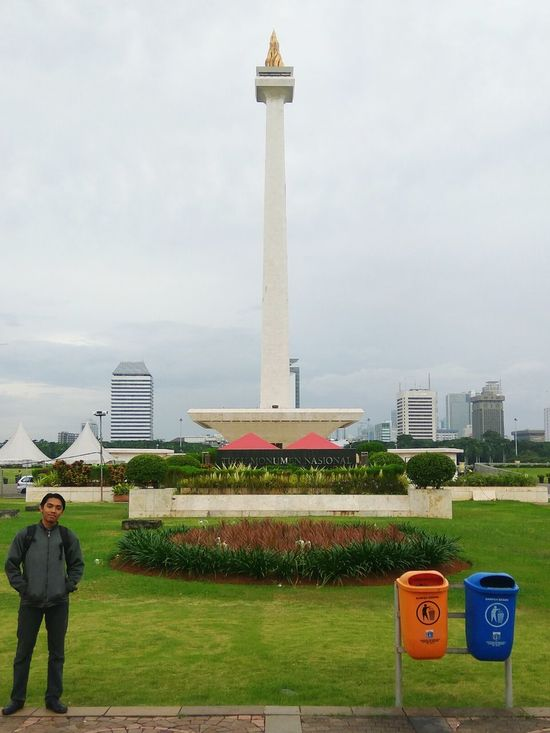 Really love the balance of this picture.. people, landmark, garbage .. INDONESIA People Morning Redmi Note 3 Pro Xiaomi First Eyeem Photo One Person Outdoors Monumen Nasional One Man Only Jakarta Monas Monumen Nasional