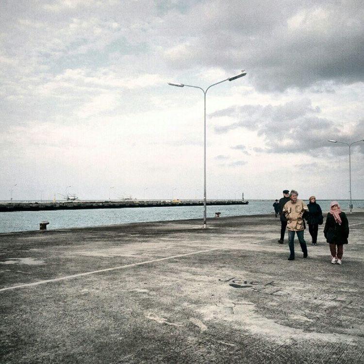 Fu dove il ponte di legno mette a Porto Corsini sul mare alto e rari uomini, quasi immoti, affondano o salpano le reti. Montale