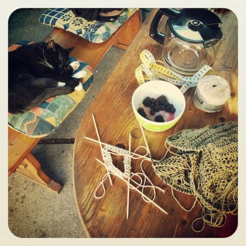Teaching Mama how to knit in rounds. Knitting Coffe Time