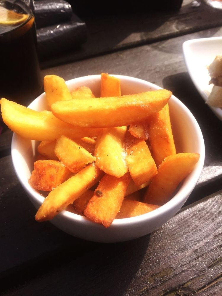 Yummy Chips Food Relaxing Hungry Eating Eating Out Sunny Day Enjoying Life Pub Food Under The Sun Delicious